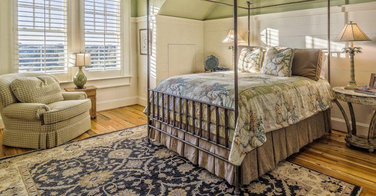 bedroom-oriental-antique-rug